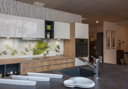 Küche Global 51.130 / 54.140 – in Eiche sägerau/weiß Hochglanz Lack