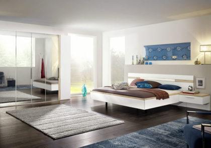 Schlafzimmer von Nolte – Modell Deseo – in Lack Polarweiß / Icona-Buche-NB
