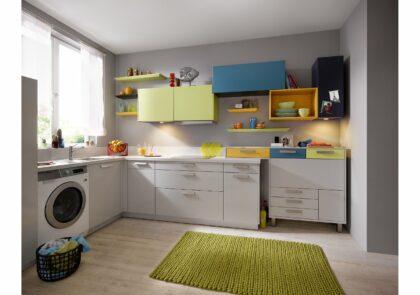 Farbenfrohe Global Küche 51.170/55.100 in Kristallgrau Hochglanz mit farbigen Eyecatchern