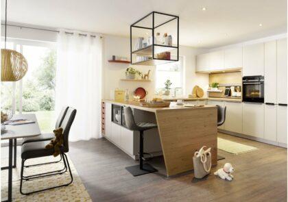 Großzügige, offene Familienküche Global 54.160 in Sandgrau samtmatt harmonisch kombiniert mit Asteiche natur Nachbildung