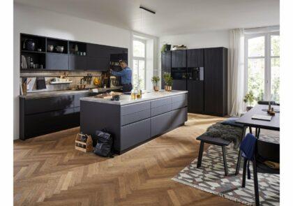 Moderne Global Küche 57.140/52.200 in matten Glasfronten und Strukturfichte