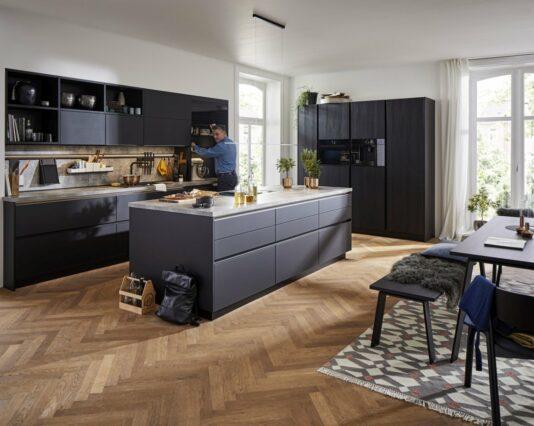 Moderne Global Kueche 57 140 52 200 in matten Glasfronten und Strukturfichte Möbelhaus Dresden - Möbel Röthing