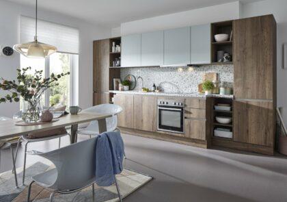 Moderne, grifflose Global Küche 52.170/55.100 in Alteiche Nachbildung und Satinlack Gletscherblau