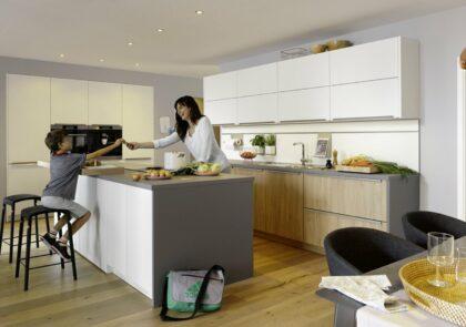 Wohnküche mit weißen RESOPAL® Fronten Global 52.180/51.130